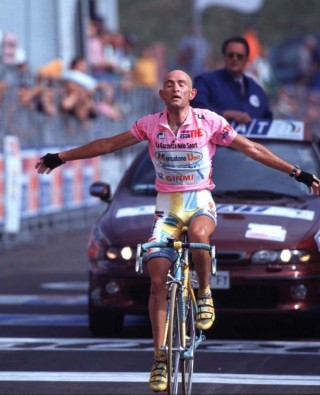 Marco Pantani all'arrivo in maglia rosa